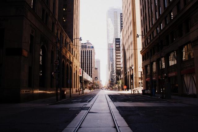 b-mobileでは通信速度が落ちる:電波が届きにくいのはビルが立ち並ぶ街中